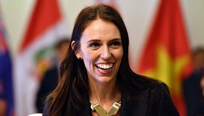 Jacinda Ardern pays for a woman's grocery shopping