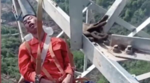 Chinese workers snooze 160ft above the ground