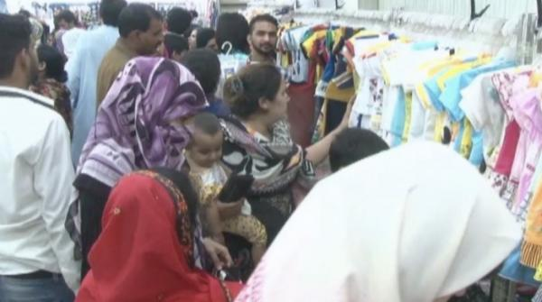 Lahore: Women rush to Markets for Eid shopping