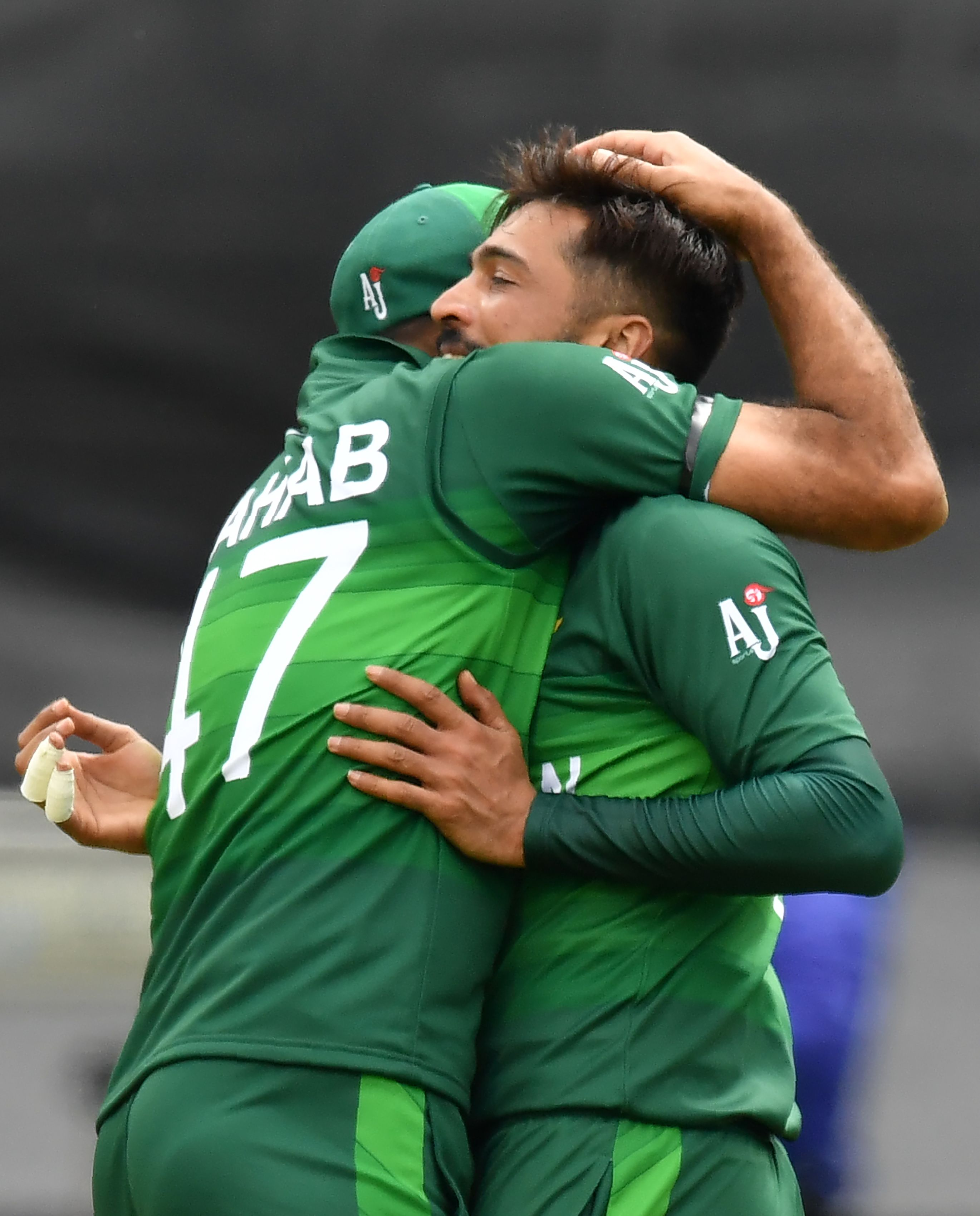 Pakistan´s Mohammad Amir (R) celebrates with teammate Pakistan´s Wahab Riaz after taking his fifth wicket. Photo: AFP