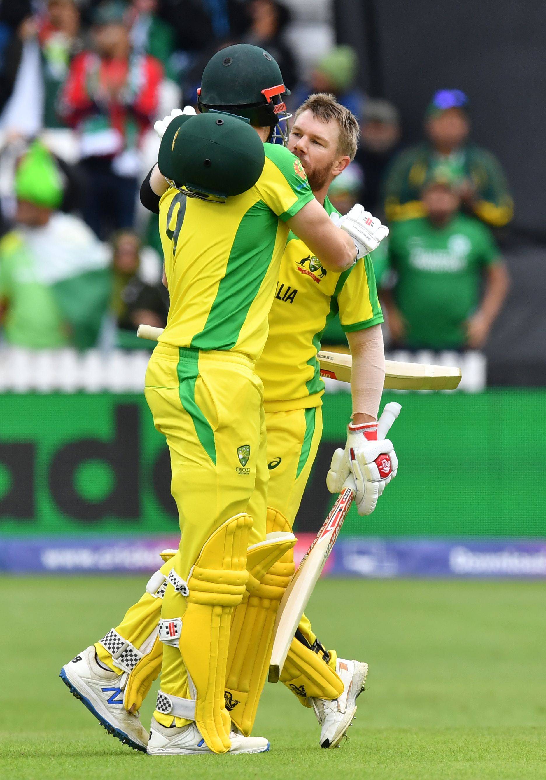 Australia´s David Warner (R) celebrates with Australia´s Shaun Marsh after scoring a century (100 runs) during the 2019 Cricket World Cup. Photo: AFP