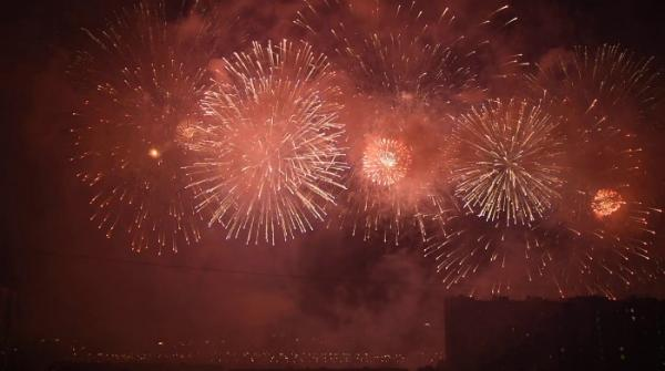 International firework festival lights up Moscow