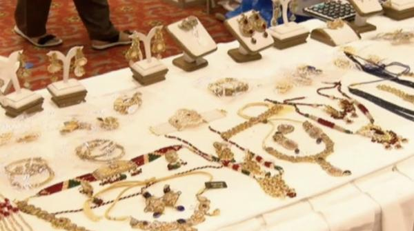 What slow economy? People throng to jewellery exhibition in Islamabad!