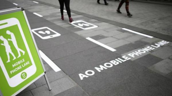 Manchester opens special 'phone lane' for texting pedestrians