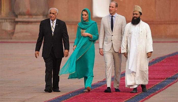 Prince William and Kate touring Lahore's iconic Mughal-era Badshahi Mosque