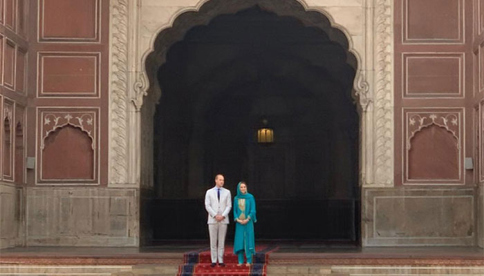 Prince William and Kate standing at the entrance of Badshaahi mosque.