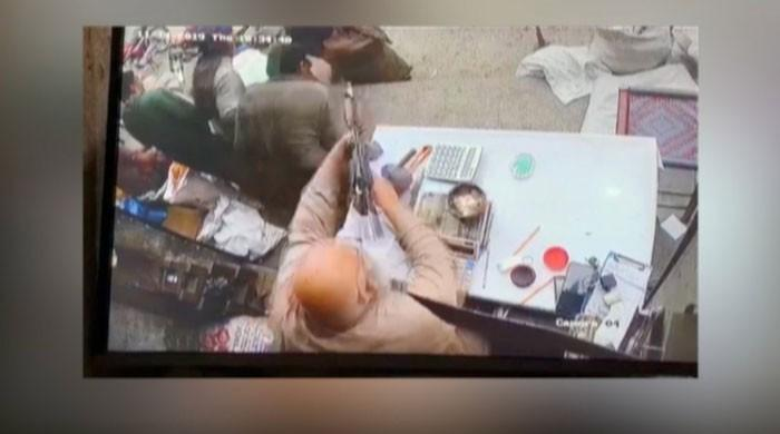 Watch: Gujranwala shopkeeper makes robbers flee by firing at them