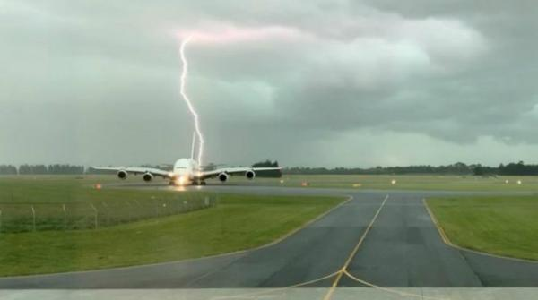 Lightning bolt strikes near Emirates plane in Christchurch