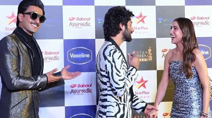 Sara Ali Khan, Shahid Kapoor have a long chat while Ranveer Singh gushes over them