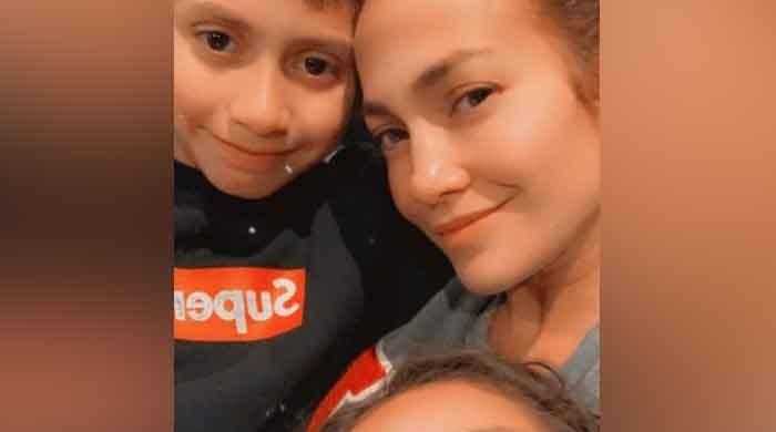 Jennifer Lopez looks stunning in this makeup-free selfie!