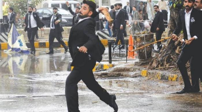 Angry mob of lawyers storm emergency ward of Lahore hospital, casualties reported