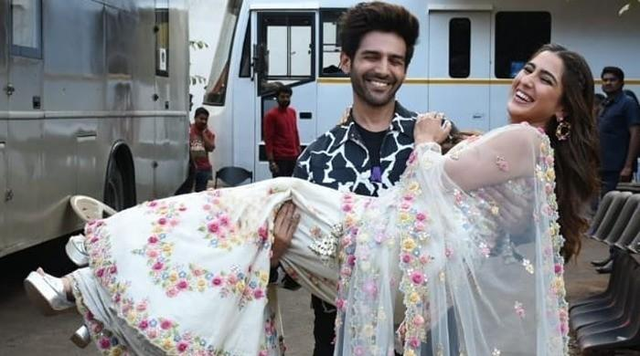 Watch: Kartik Aaryan picks up Sara Ali Khan in his arms during latest photo shoot