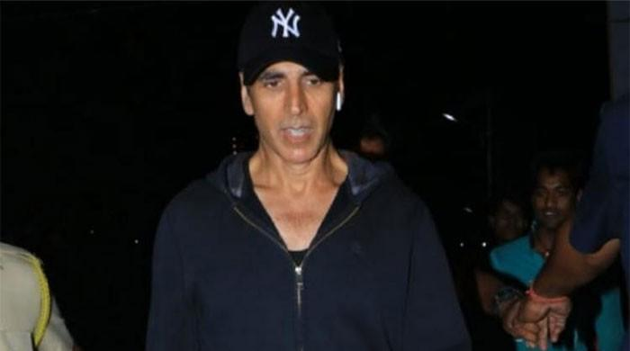 Video: Akshay Kumar plays a hilarious prank with paparazzi