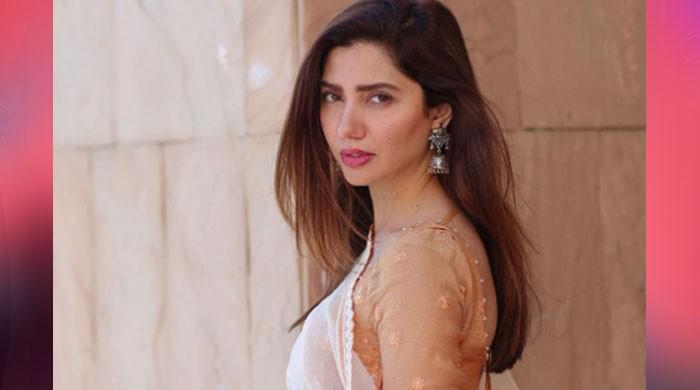 Mahira Khan spellbinds with her fresh look in full-length dress : See pics