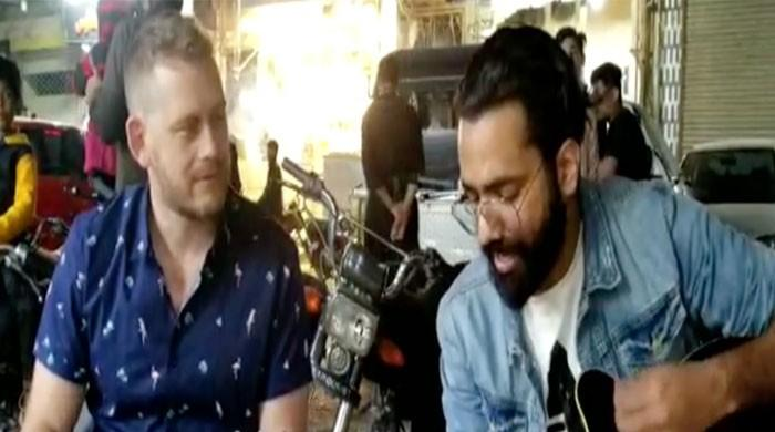 PSL 2020: Australian journalist sings 'Dil Dil Pakistan' during visit to Karachi's Burns Road
