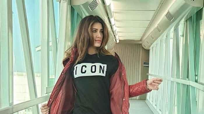 Mehwish Hayat looks absolute beauty in THIS selfie