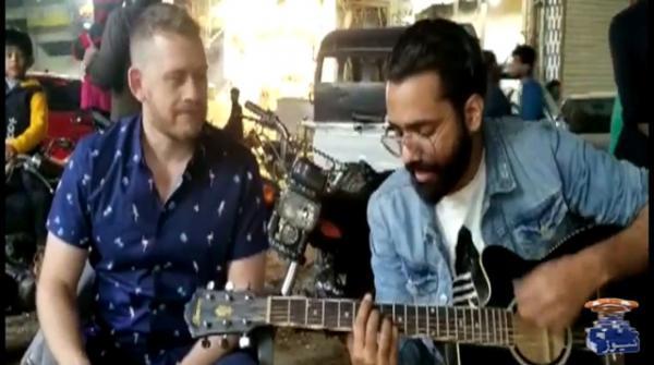 Australian journalist sings 'Dil Dil Pakistan' on streets of Karachi