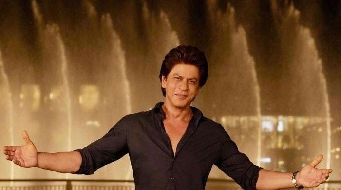 Shah Rukh Khan attends Mumbai varsity function despite knee surgery