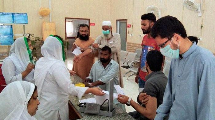 Doctors push Sindh govt to extend lockdown, say slum-dwellers at risk from coronavirus