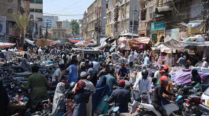 Pakistanis ignore SOPs and COVID-19 guidelines as shoppers throng bazaars across country
