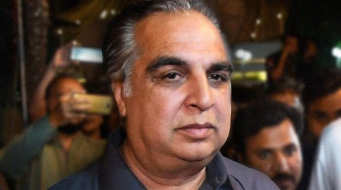Sindh Governor Imran Ismail donates blood plasma for coronavirus patients