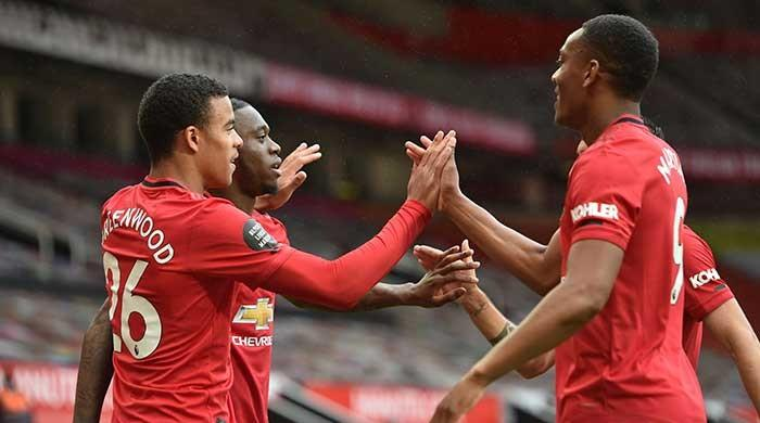 Chelsea, Manchester United win as battle for Premier League top four heats up