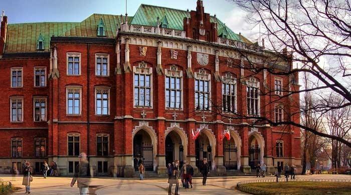 Pakistan in talks with Poland to establish Urdu chairs in universities