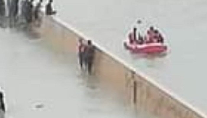 Zoomed in image of people travelling through boat near Clifton underpass. Photo: Geo.tv