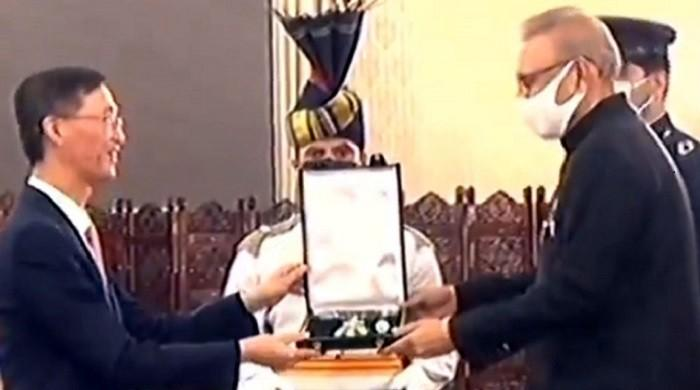 President Alvi confers Hilal-e-Pakistan on outgoing Chinese envoy