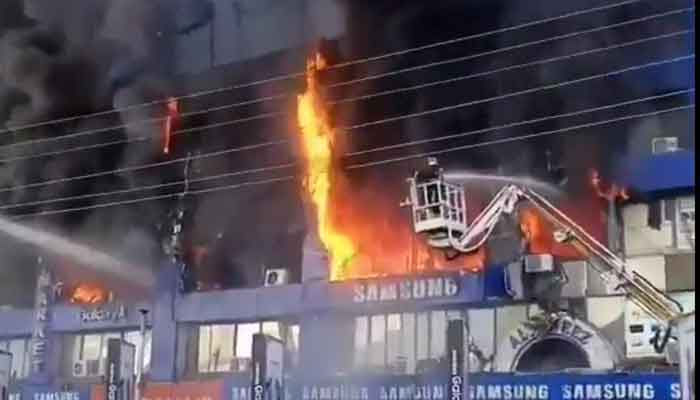 Fire rages on at Hafeez Centre in Lahore's Gulberg