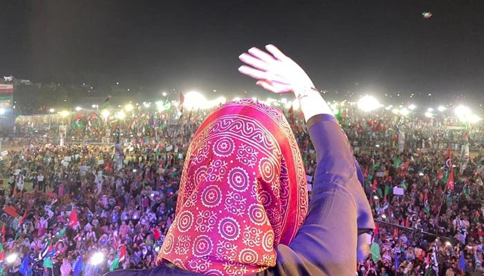 Maryam Nawaz gestures at PDM's Karachi rally, on October 18, 2020. — Twitter