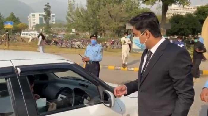 DC Islamabad personally makes sure civil servants enter Pakistan Secretariat with masks