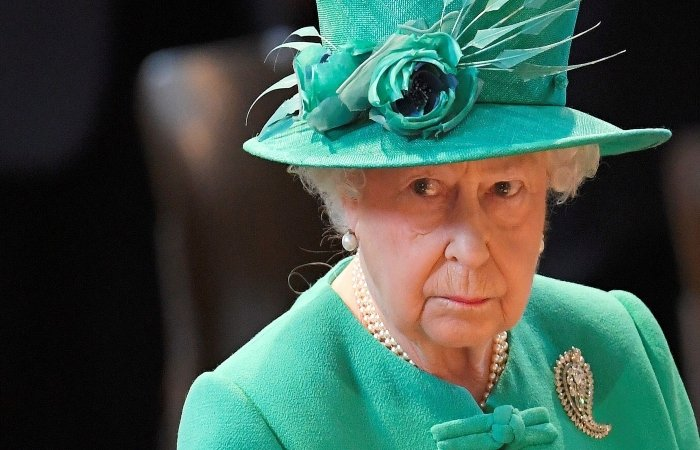 Queen Elizabeth's Staffer Admits To Stealing Palace Items & Selling Them on eBay