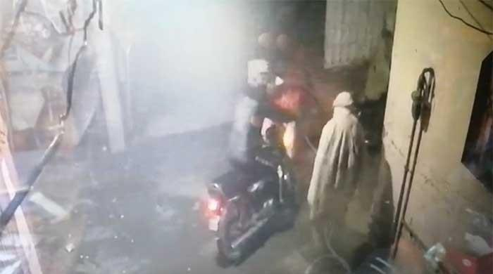Watch: Robbers snatch burgers from delivery boy in Gujranawala