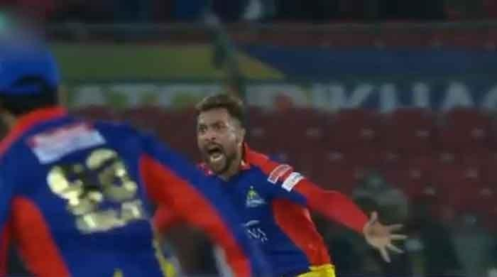 Watch: Amir pumps up Karachi crowd before taking a Lahore Qalandars scalp