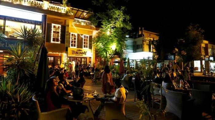 Pakistan bans outdoor dining as coronavirus cases surge