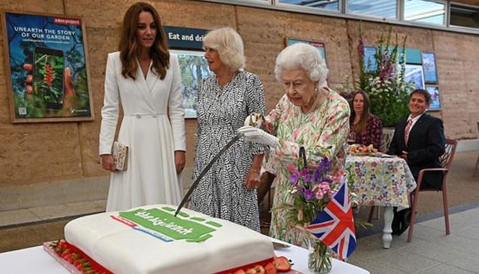 Queen Elizabeth cuts cake with an upside down ceremonial sword - Geo News