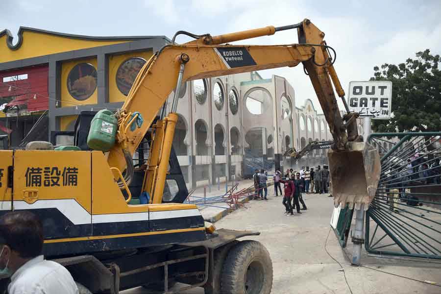 Workers of the Anti-Encroachments Cell demolishing the Pavilion End Club building on the orders of the Supreme Court, at Aladdin Park, Gulshan-e-Iqbal, Karachi, on June 15, 2021. — Online photo by Sabir Mazhar