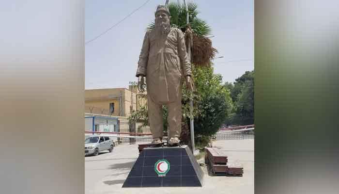 The 16.5 feet sculpture of humanitarian Abdul Sattar Edhi installed at Quettas Edhi chowk. Photo: Twitter/Sikander Ali Hulio