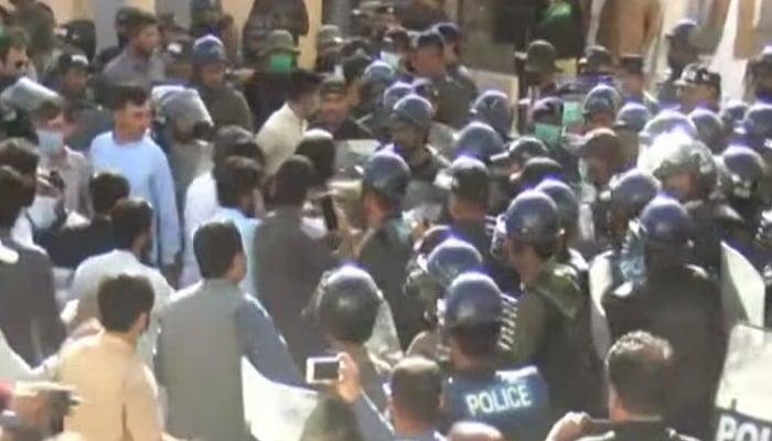 پولیس نے بلوچستان اسمبلی میں احتجاج کو روکنے کی کوشش کی۔  فوٹو: جیو نیوز کی اسکرینگرب