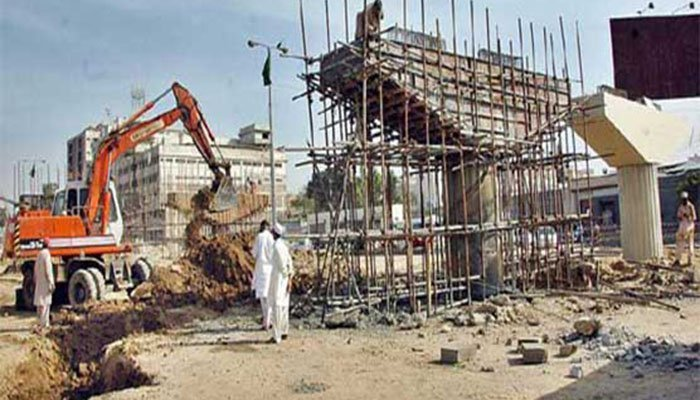 Picture of a huge crain taking part in a construction activity. Photo: File
