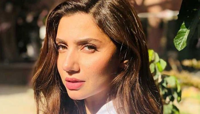 Celebrities congratulate Mahira Khan on completing 10 years in the industry