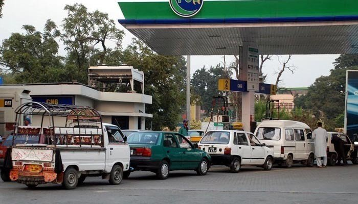 Long queues outside CNG stations. Photo: Geo News File