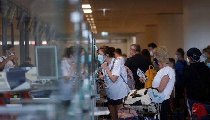 People queue at check in desks at Faro airport amid the coronavirus disease (COVID-19) pandemic, in Faro, Portugal, June 7, 2021. Photo: Reuters