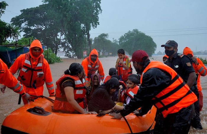 Rescue workers evacuate people from a flooded area to safer places after heavy rains in Kolhapur in the western state of Maharashtra, India, July 23, 2021. Photo: Reuters