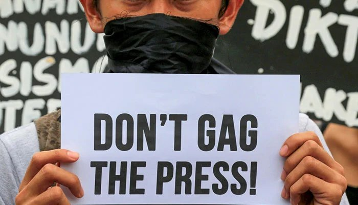 A member of the College Editors Guild of the Philippines displays a placard during a protest outside Malacanang Palace. — Reuters/File