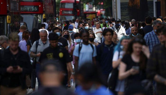 People walk along Oxford Street, amid the coronavirus disease (COVID-19) outbreak, in London, Britain, July 26, 2021. Photo: Reuters