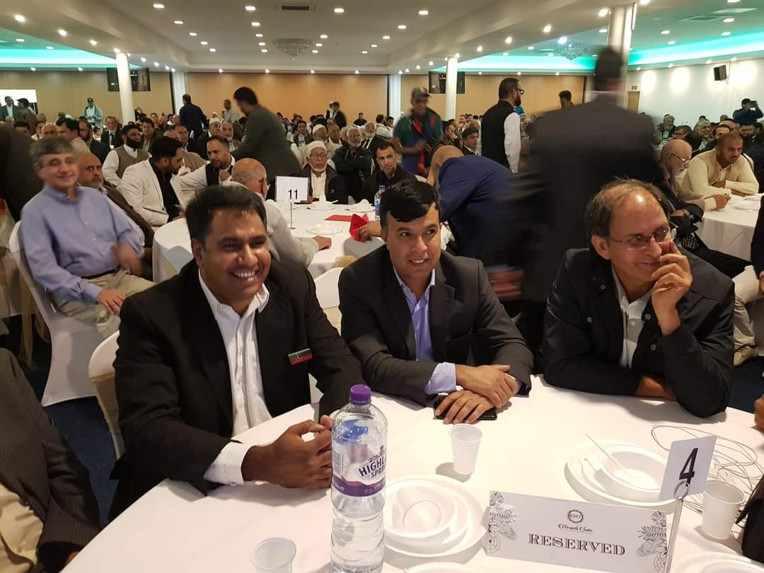 مو اقبال (مرکز) پی ٹی آئی کے دیگر ارکان کے ساتھ برطانیہ میں ایک تقریب میں شرکت کر رہے ہیں۔  بشکریہ تصویر۔
