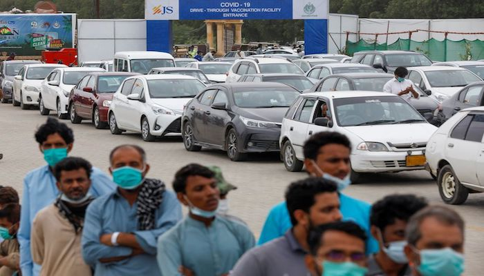 Residents line up to receive a vaccine against coronavirus disease (COVID-19) at a drive-through vaccination facility in Karachi, Pakistan July 29, 2021. Photo: Reuters