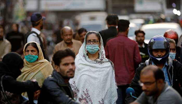 A few citizens wear facemasks at a busy street in Pakistan. Photo: AFP